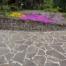 Blumenbeet mit Parkterrasse